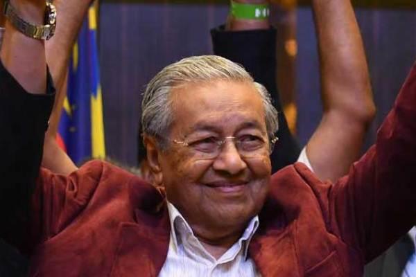 مهاتير مبتهجا بعد إعلان النتائج الأولى