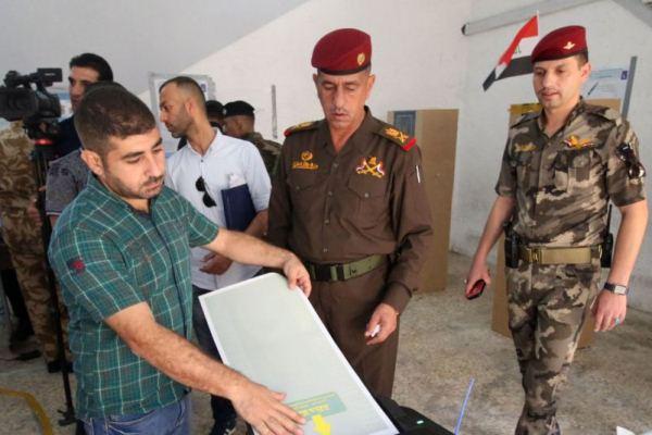 عسكريون عراقيون يدلون بأصواتهم في الانتخابات