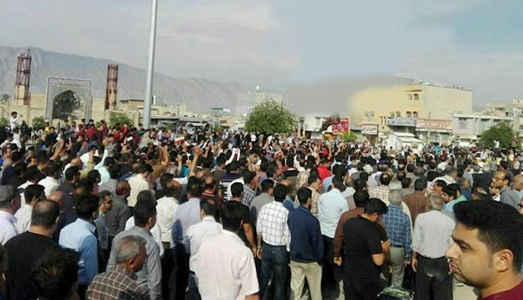 مواطنو مدينة كازرون الايرانية خلال احتجاجات
