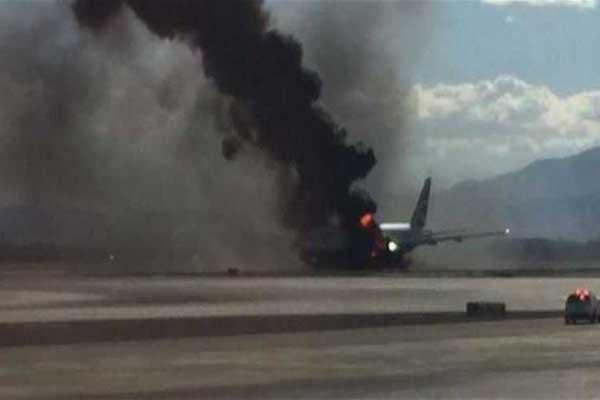 الطائرة تحترق بعد وقوعها