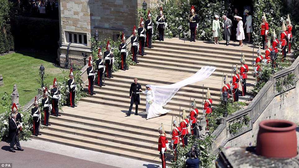 هاري وميغان يغادران كنيسة القديس جورج