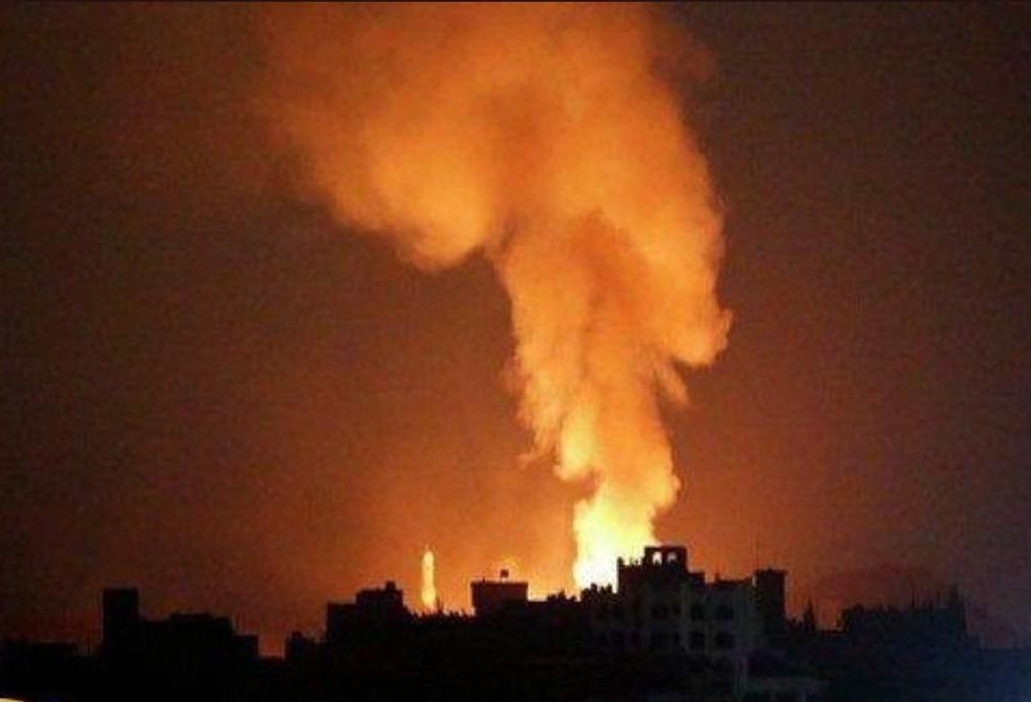 صورة نشرها نشطاء على تويتر تظهر دخانا اعقب الضربة الصاروخية على مطار الضبعة العسكري في حمص
