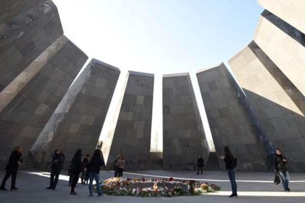 نصب تذكاري لضحايا إبادة الأرمن - برنارد لويس عارض وصف ما حدث عام 1915 بأنه إبادة بحق الأرمن