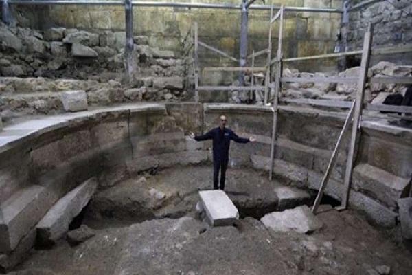 عالم آثار في اكتشاف سابق في الصين