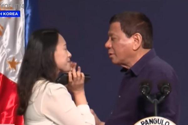 الرئيس الفيليبيني يطلب من فتاة تقبيله
