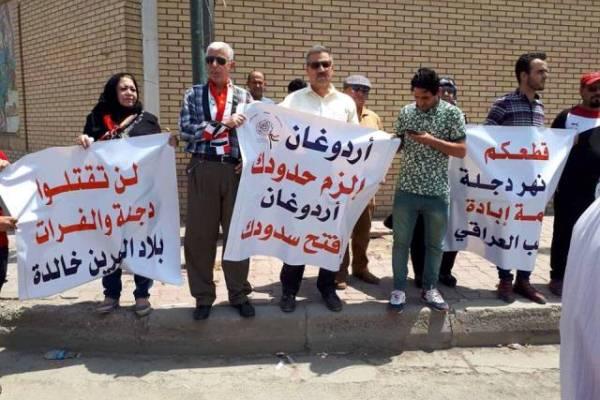 محتجون عراقيون يهاجمون أردوغان أمام السفارة التركية في بغداد