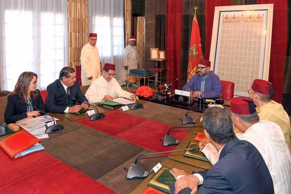 الملك خلال ترؤسه الاجتماع في القصر الملكي