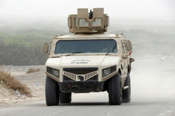 آلية تابعة للقوات الموالية للحكومة اليمنية في منطقة قرب مطار الحديدة الدولي