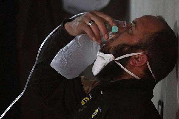 محاولة إنعاش أحد المصابين في سوريا جراء هجوم بغاز السارين