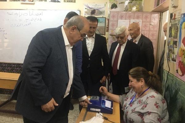 علاوي مدليا بصوته في الانتخابات الاخيرة