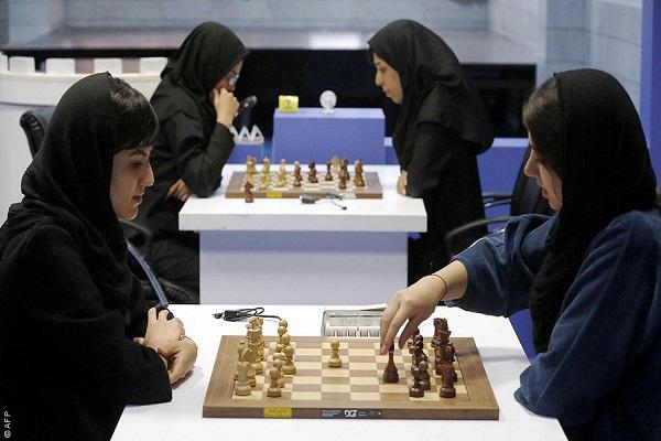 متسابقات يرتدين الحجاب خلال مسابة شطرنج في إيران