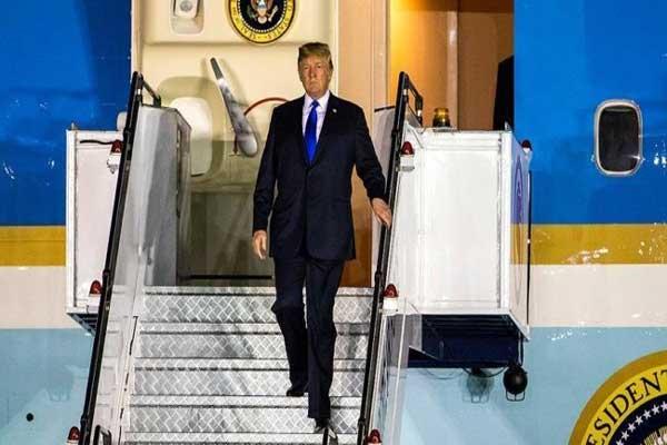 ترمب يهبط من طائرته الرئاسية  التي أقلته إلى سنغافورة