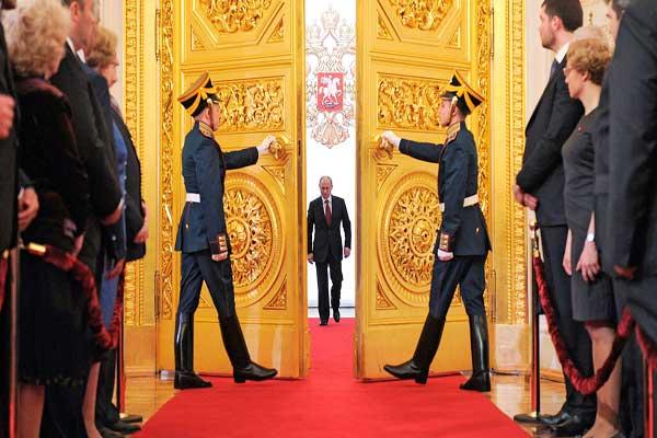 بوتين داخلا قصر الكرملين بعد تنصيبه (أرشيف)