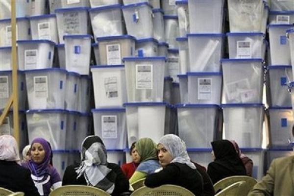 موظفو مفوضية الانتخابات مع صناديق الاقتراع في بغداد