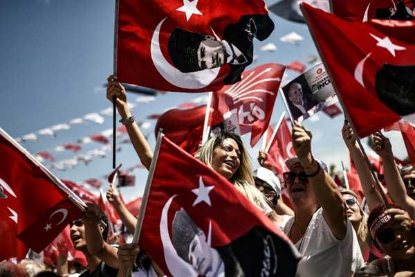 تجمع لأنصار المرشح اليساري للانتخابات الرئاسية في تركيا محرم إينجه في إسطنبول بتاريخ 16 يونيو 2018