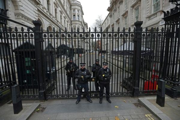 شرطة بريطانية مسلحة أمام البوابات المؤدية من وايتهول الى دوانينغ ستريت