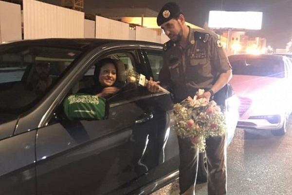 أحد رجال المرور يهنئ سيدة سعودية تقود سيارتها