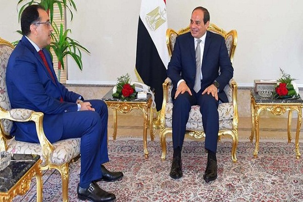 الرئيس المصري مستقبلا رئيس الوزراء المصري مصطفى مدبولي
