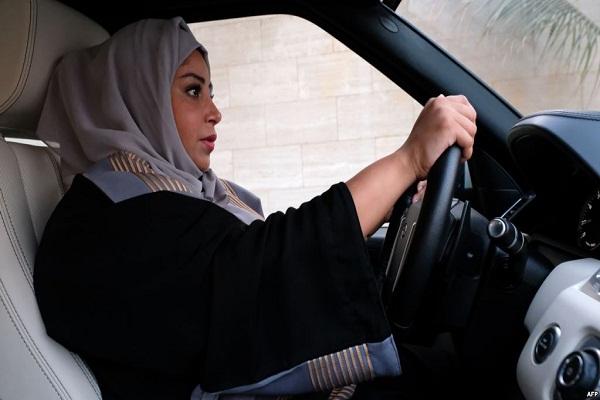 امراة سعودية تقود سيارتها في إحدى مدن المملكة