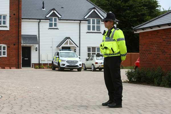 شرطي يقف خارج منزل في ايمسبري في جنوب بريطانيا بتاريخ 4 يوليو 2018