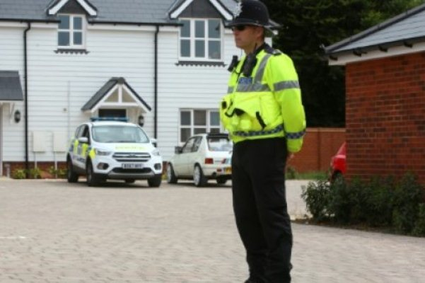 شرطي يقف خارج منزل في امزبيري بجنوب بريطانيا - أرشيف