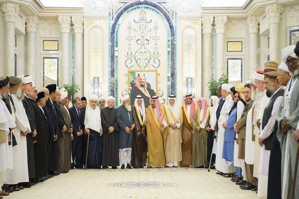 العاهل السعودي خلال استقباله وفد العلماء المشاركين في المؤتمر الدولي للعلماء المسلمين