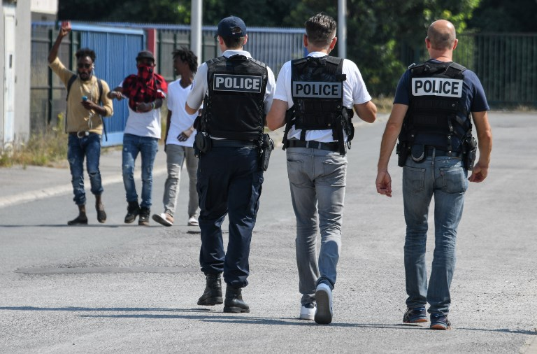عناصر من الشرطة الفرنسية في ضواحي باريس