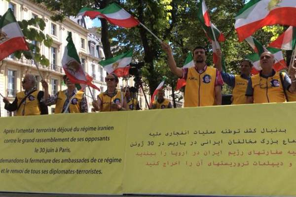 إيرانيون يحتجون ضد تسليم دبلوماسي متهم بالارهاب الى طهران