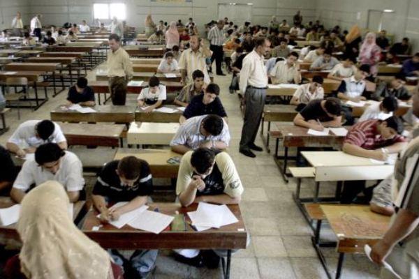 طلاب عراقيون يؤدون امتحاناتهم النهائية