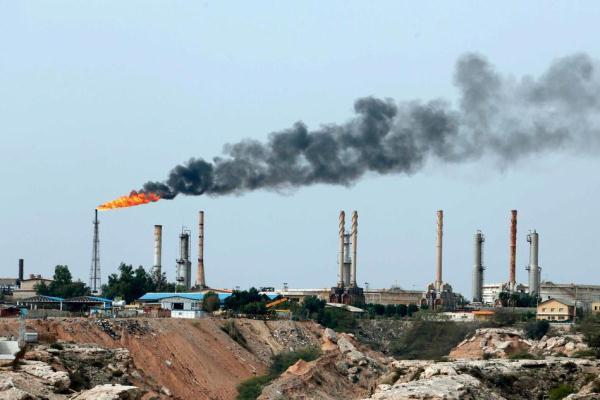 إيران تخضع لعقوبات أميركية تستهدفها قطاعها النفطي