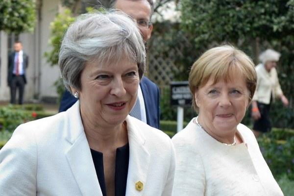ماي وميركل خلال قمة بين دول الاتحاد الأوروبي والبلقان في لندن