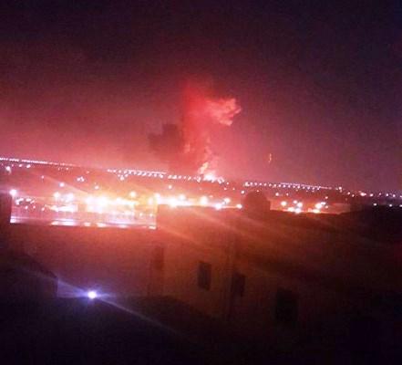 صورة نشرها ناشطون تظهر الدخان وهو يتصاعد خارج مطار القاهرة اثر انفجار مدويّ