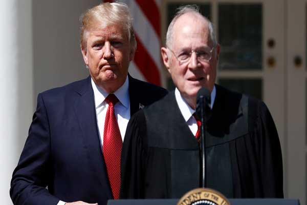 دونالد ترمب ورئيس المحكمة العليا المستقيل القاضي أنتوني كينيدي