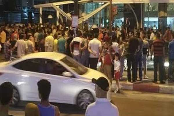 مواطنون يتجمهرون في مسرح الحادث