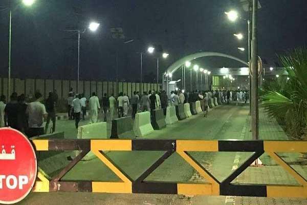 محتجون غاضبون يقتحمون مطار النجف