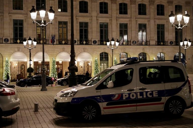 سيارة شرطة تحرس فندقا في باريس