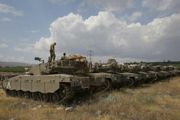 دبابات إسرائيلية قرب الحدود السورية في هضبة الجولان بتاريخ 9 مايو 2018