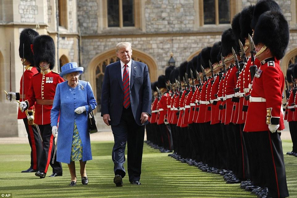 الملكة وترمب يستعرضان حرس الشرف