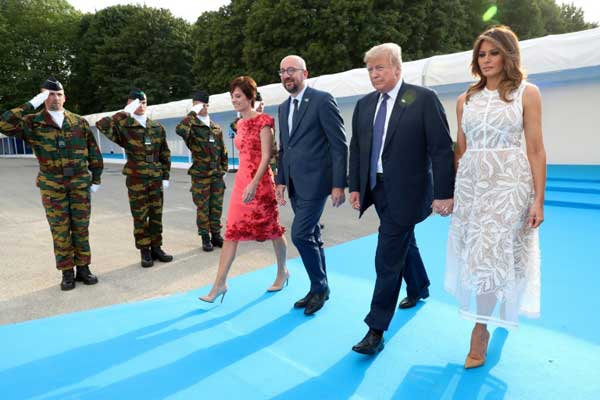 رئيس الوزراء البلجيكي شارل ميشال مع شريكته والرئيس الأميركي دونالد ترمب وزوجته ميلانيا يصلون إلى عشاء عمل في بروكسل بتاريخ 11 يوليو 2018