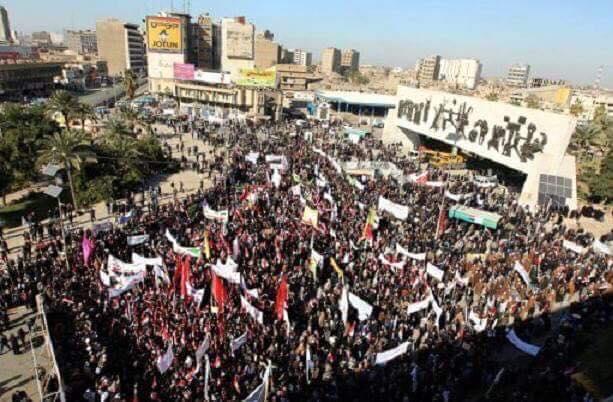 محتجون عراقيون في ساحة التحرير وسط بغداد ضد فقدان الخدمات ونقص الكهرباء