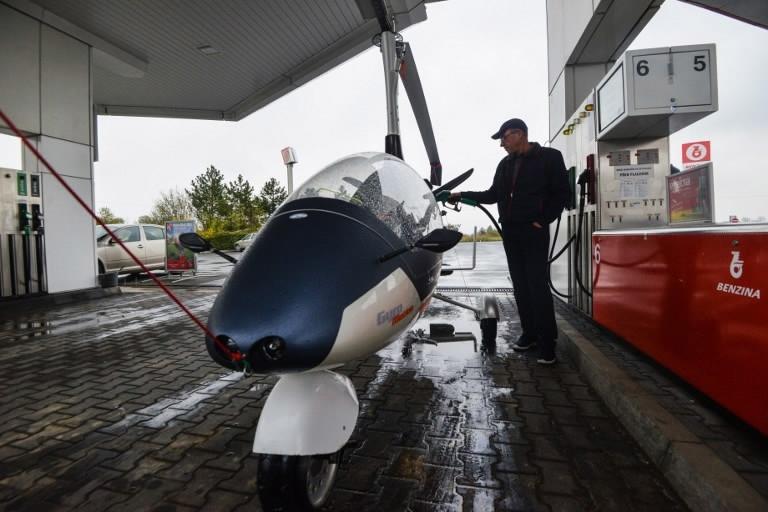 سيارة طائرةشبيهة بمركبة جيمس بوند