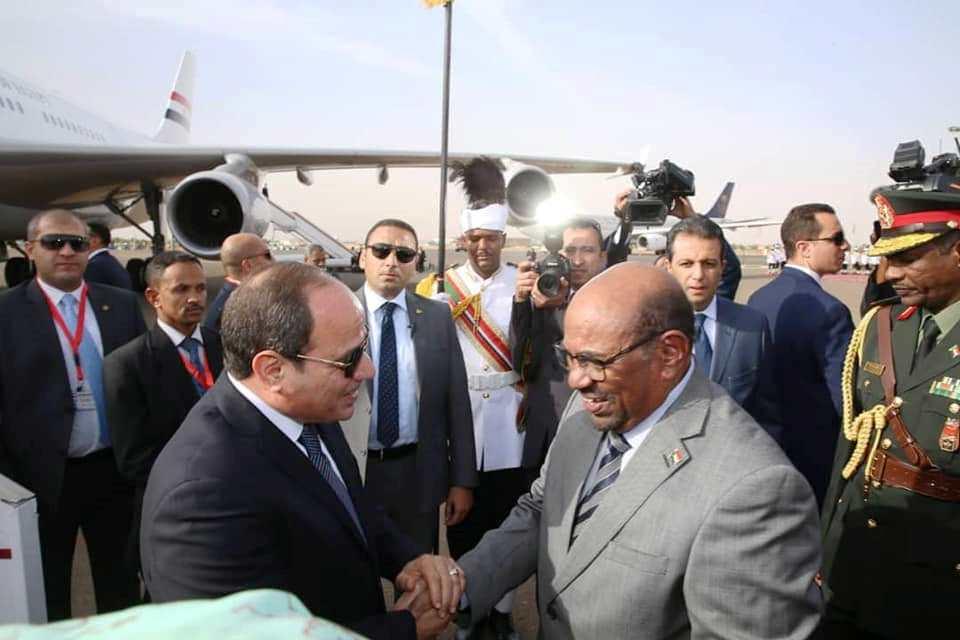 الرئيس السوداني مستقبلا نظيره المصري في الخرطوم