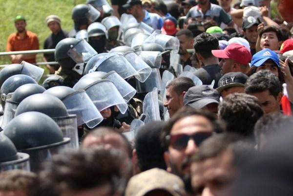 محتجون عراقيون في مواجهة قوات مكافحة الشغب