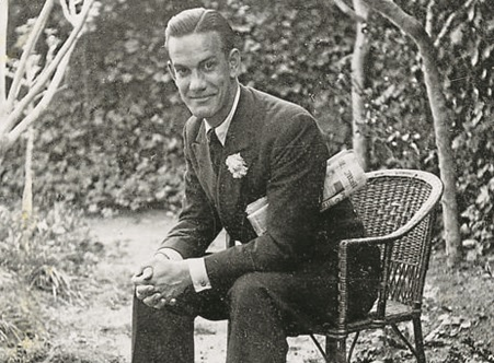 ثيلا في حديقة منزله عام 1939
