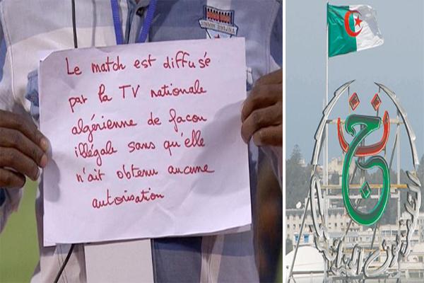 احد المتواجدين في ملعب الرابع أغسطس بالعاصمة وغادوغو قام بنشر لافتة و نشرها مباشرة كتب عليها إن التلفزيون الجزائري يبث المباراة بغير وجه حق