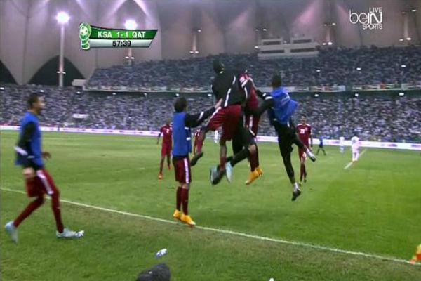 فرحة لاعبي قطر بهدف التقدم بواسطة خوخي بوعلام