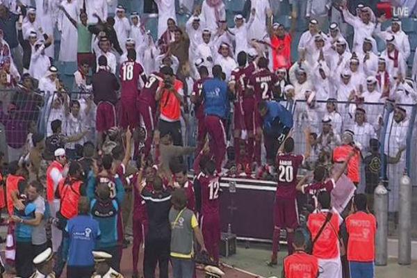 فرحة لاعبي قطر مع الجماهير بعد الفوز بخليجي 22