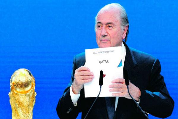 رئيس الفيفا بلاتر لحظة إعلان قطر دولة مستضيفة لمونديال 2022
