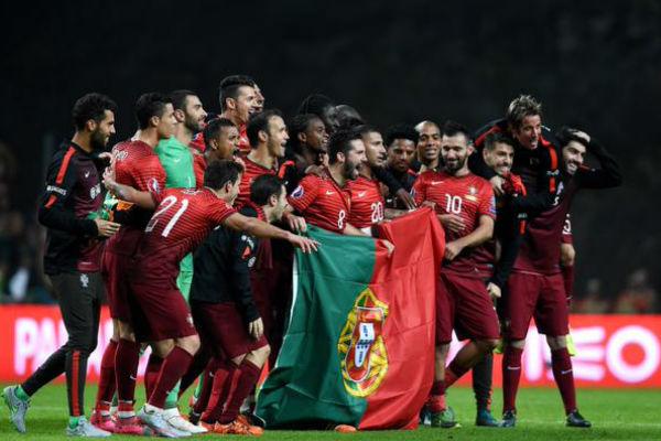 فرحة لاعبي البرتغال بالتأهل مباشرة إلى كأس أمم أوروبا 2016