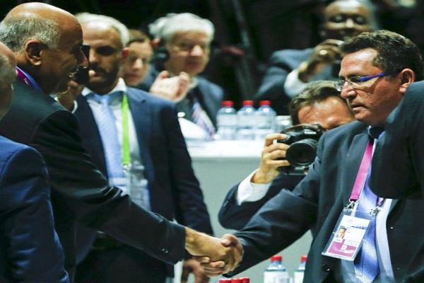 مصافحة بين رئيسي الاتحادين الفلسطيني والاسرائيلي